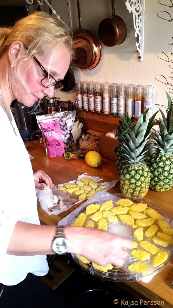 Vi torkar ananasbitar i vår frukttork