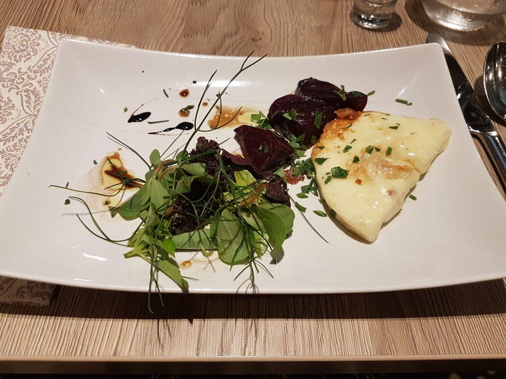 Handgjord grillad ungersk ost, med sommar rödbetor, småbladig sallad med dill och balsamico vinäger på Restaurang Ikon