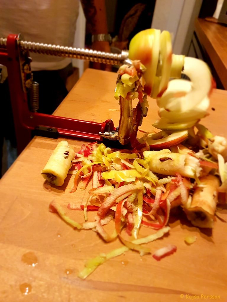 Äpplesvar med ett äpple som skalas och skivas