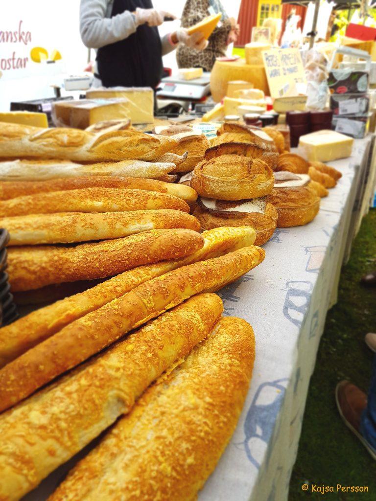 Limpor och baguetter på en skördemarknad