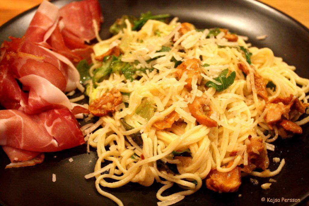 pasta med kantareller och brynt salladsmör och lufttorkad skinka
