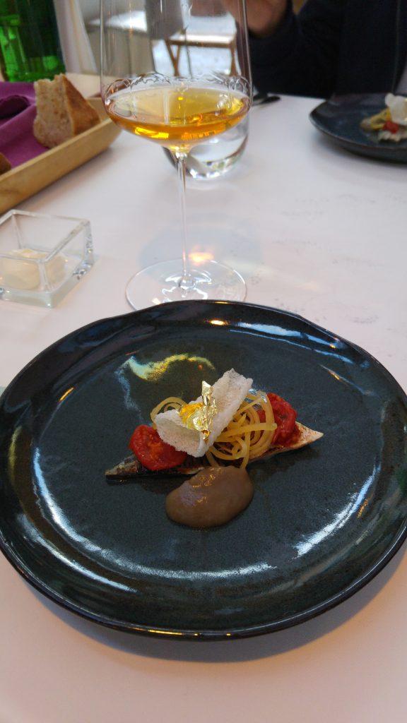Makrill med tomat, karamelliserad rädisa och kanel, Hisa Franko