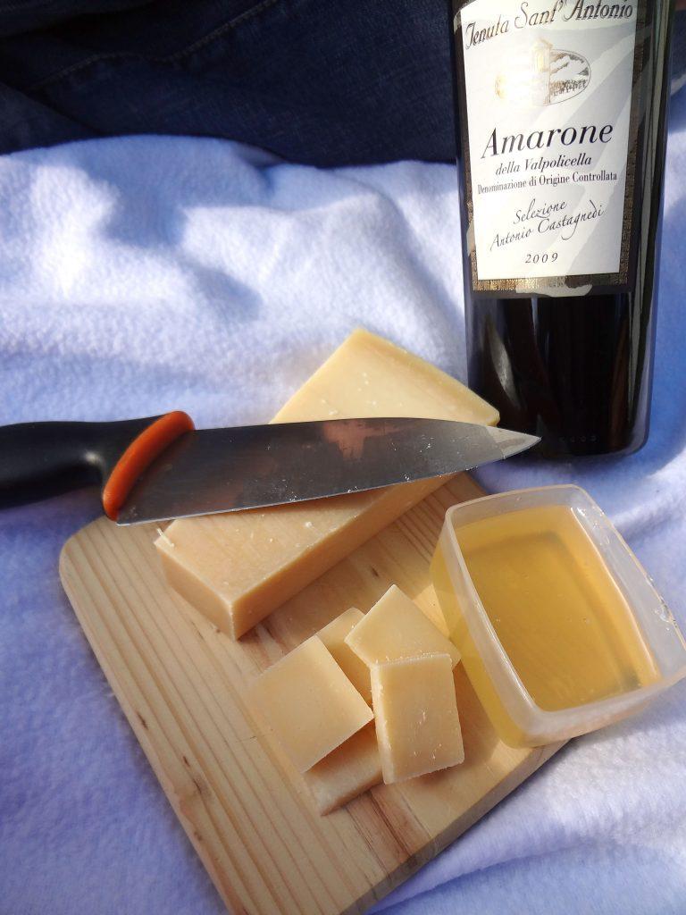 Rött Italiensk Amarone vin till osten och honungen på picknicken funkar fint när man testar viner.