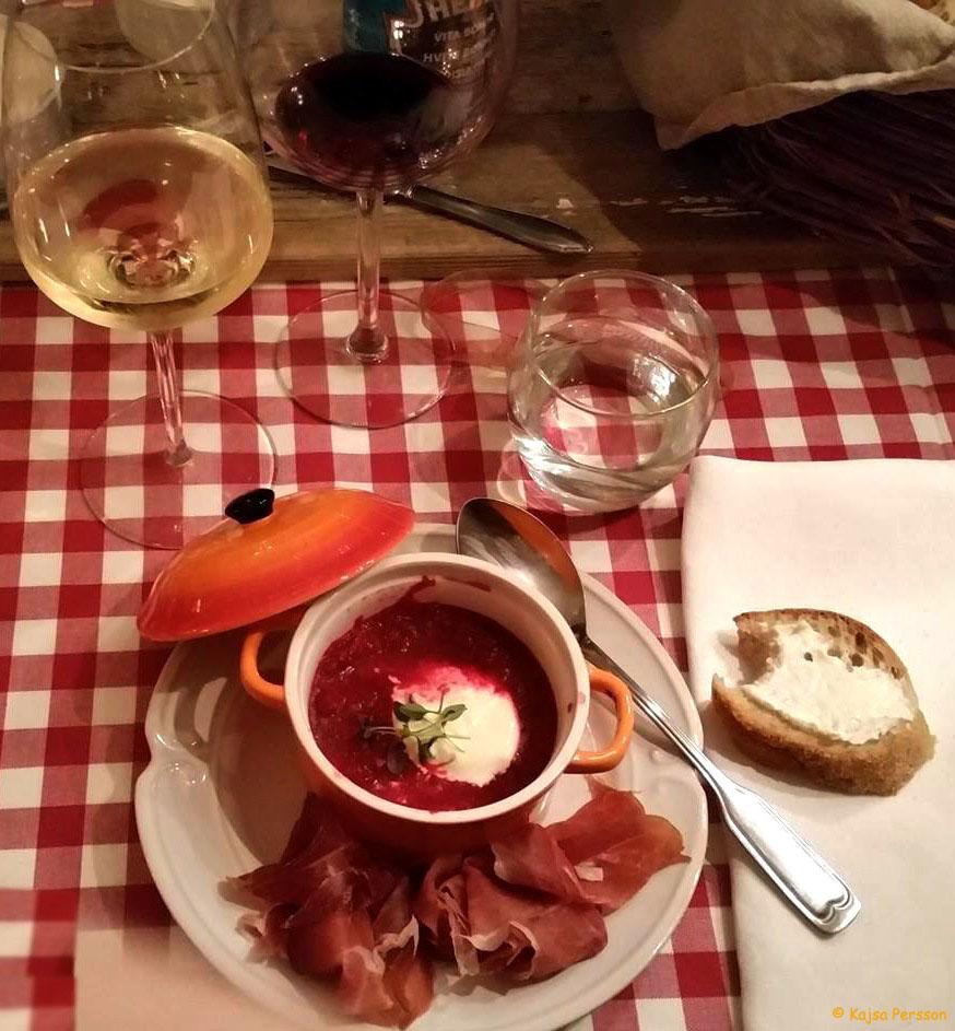 Rödbetssoppa med Prosciutto och en bit lantbröd