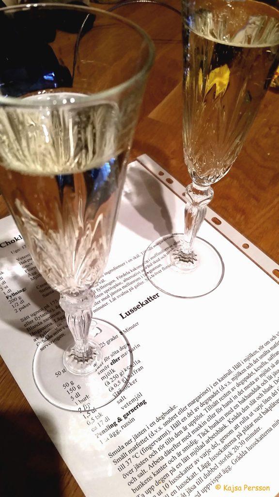 Julbak inför glögg och glöggmingen startar med julrecept och bubbel i glasen