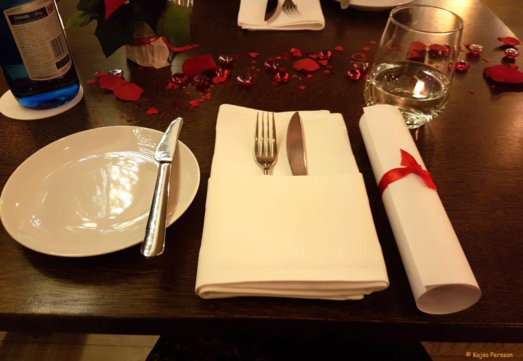 Bordet var dukat fint med menyn vid sidan om med siden snöre runt på restaurang Ritz i Gdansk