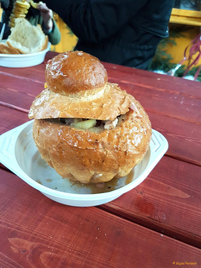 Zurek - deras traditionella råg soppa med vit korv, skinka, svamp och kål som serverades i ett bröd
