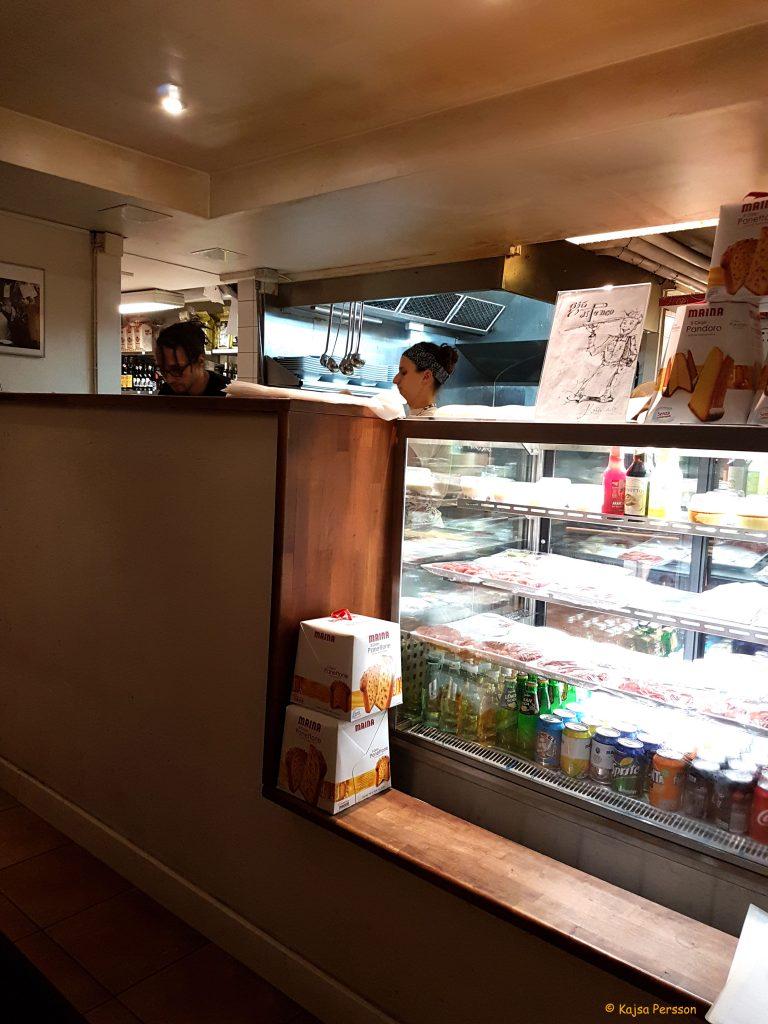 Köket på Di Penco ligger mitt i lokalen
