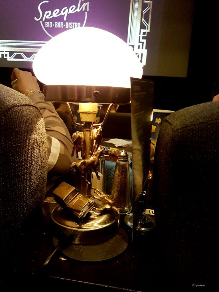 Dämpad Belysning mellan fåtöljerna i Bar Deco salongen