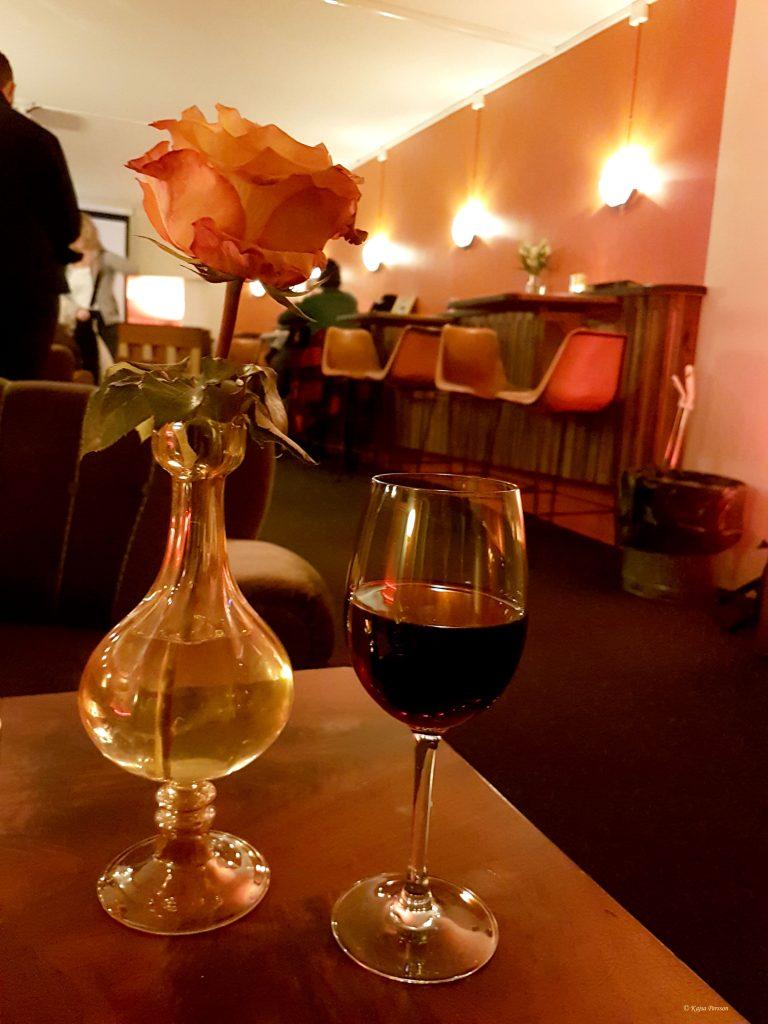 Starta med ett glas vin på en måndag på bion