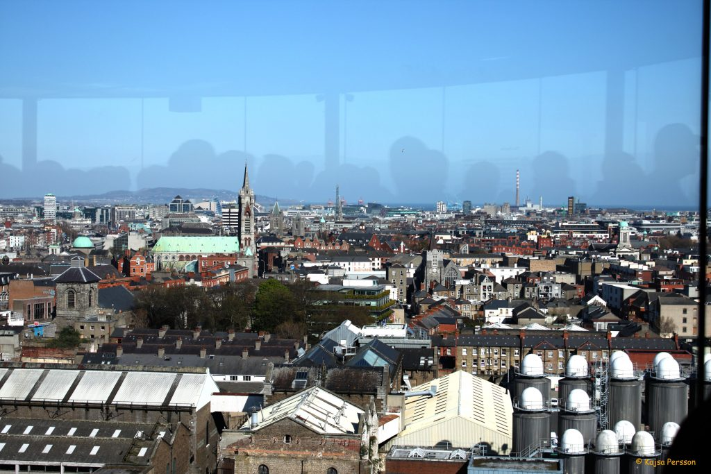 Fantastisk utsikt över Dublin i baren på Guinness museumet i Dublin