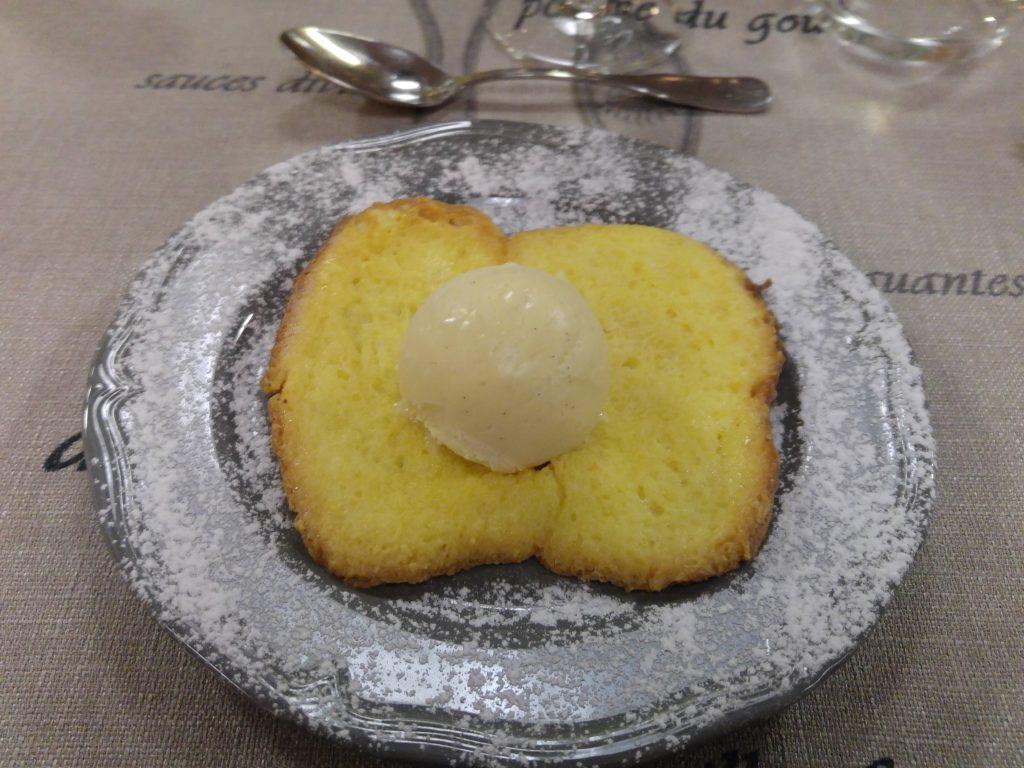 Fattiga riddare fast här på lite franskt vis i form av stekt brioche och en kula glass, Beaujolais