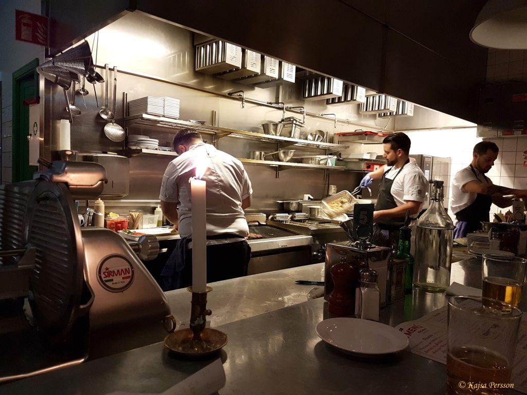 Det jobbades på i köket hela kvällen Escama Gastrobar, Malmö