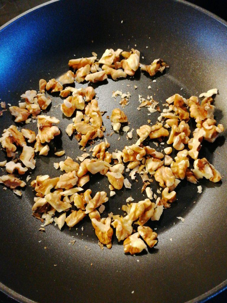 Rosta valnötter i en torr panna