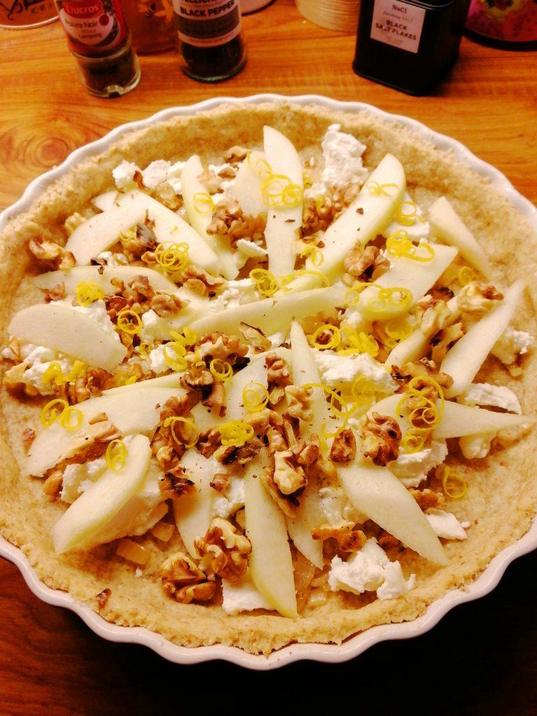 Lök, Chevré, valnötter, päron och citron paj