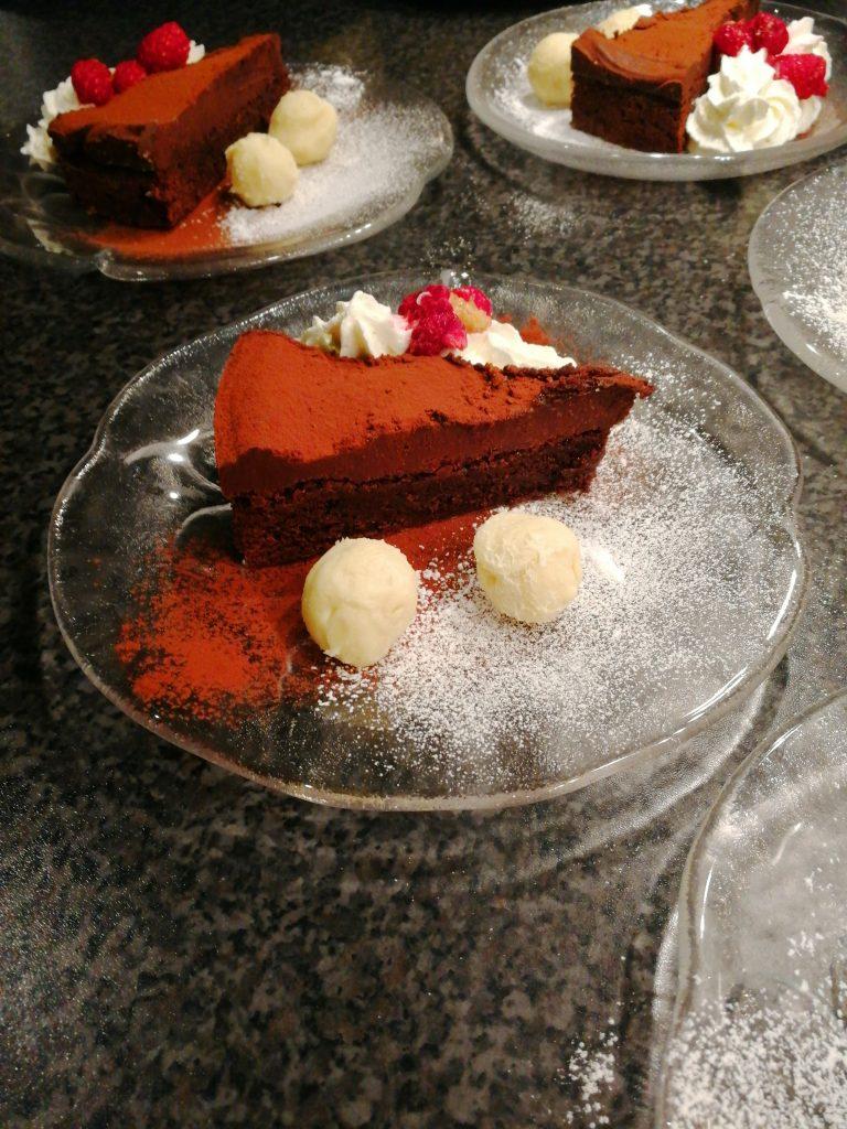 Chokladkladdkaka med chokladganache, vit chokladtryffel med citron, grädde och hallon.