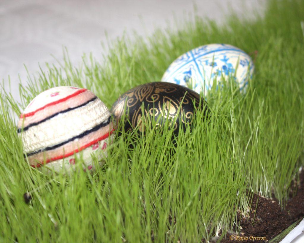 Påskägg i gräset på vår påskdukning
