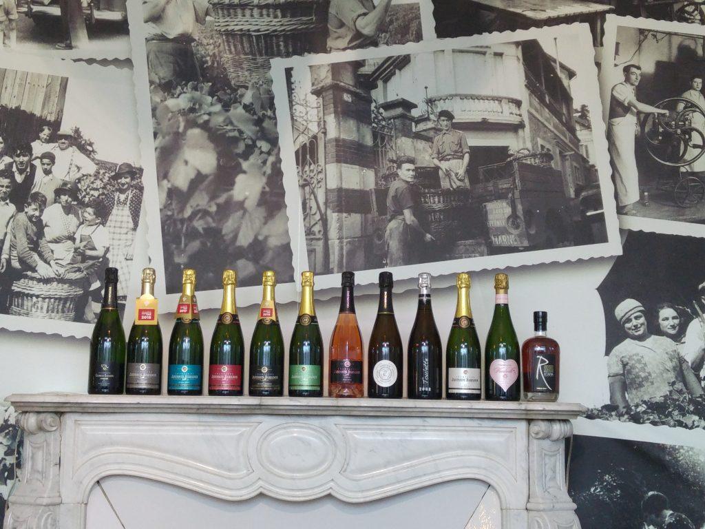 Janisson Baradon - Champagneflaskor i rad på en hylla