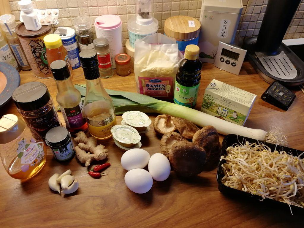 Ingredienserna till vegetarisk ramen