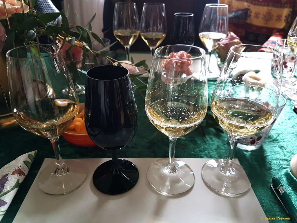 En tjejmiddag med Champagne provning dessutom med ett svart glas