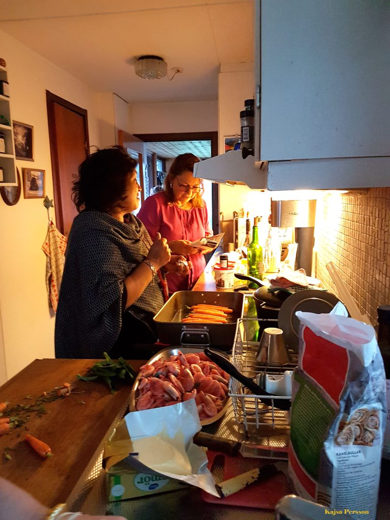 Tjejeerna i köket på vår tjejmiddag