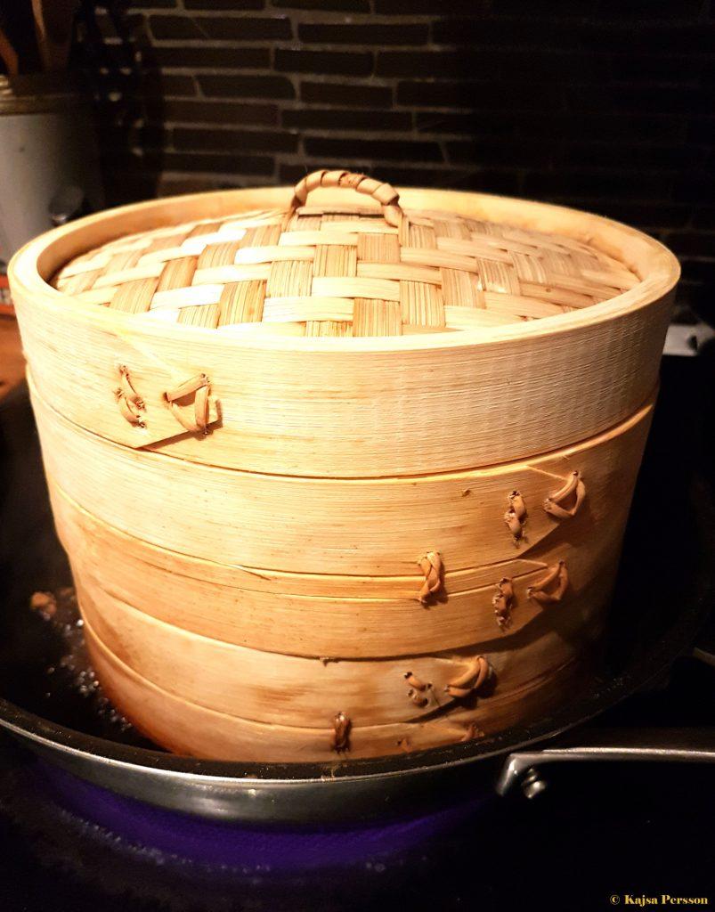 Bambu ångkok på plattan
