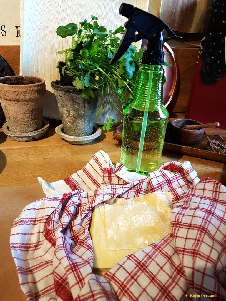 Håll wontonpastan fuktig med en sprayflaska när du förbereder dina dumplings