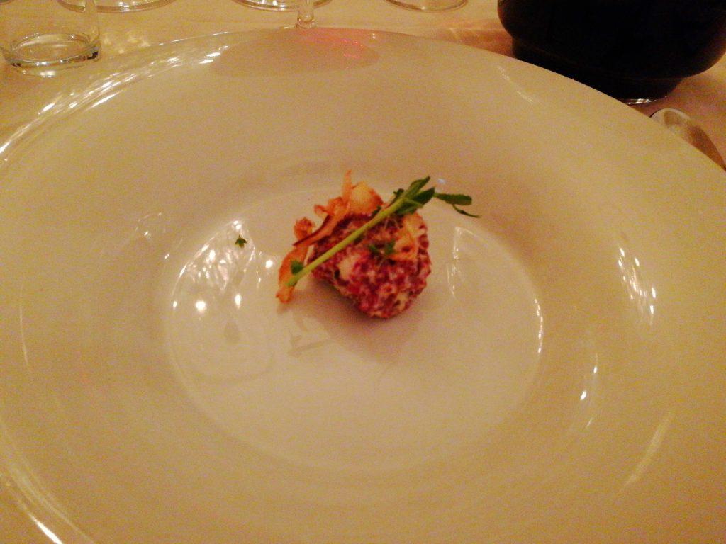 Jordärtskockssoppa med tartar på hemmarökt vildandsbröst och friterad silverlök på Gästis i Staffanstorp