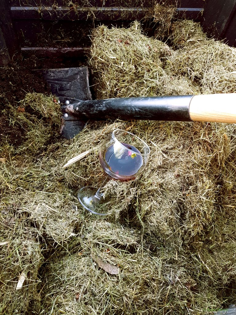 Husmorstips för komposten.Häll lite rödvin i komposten och sätt fart på förmultningen