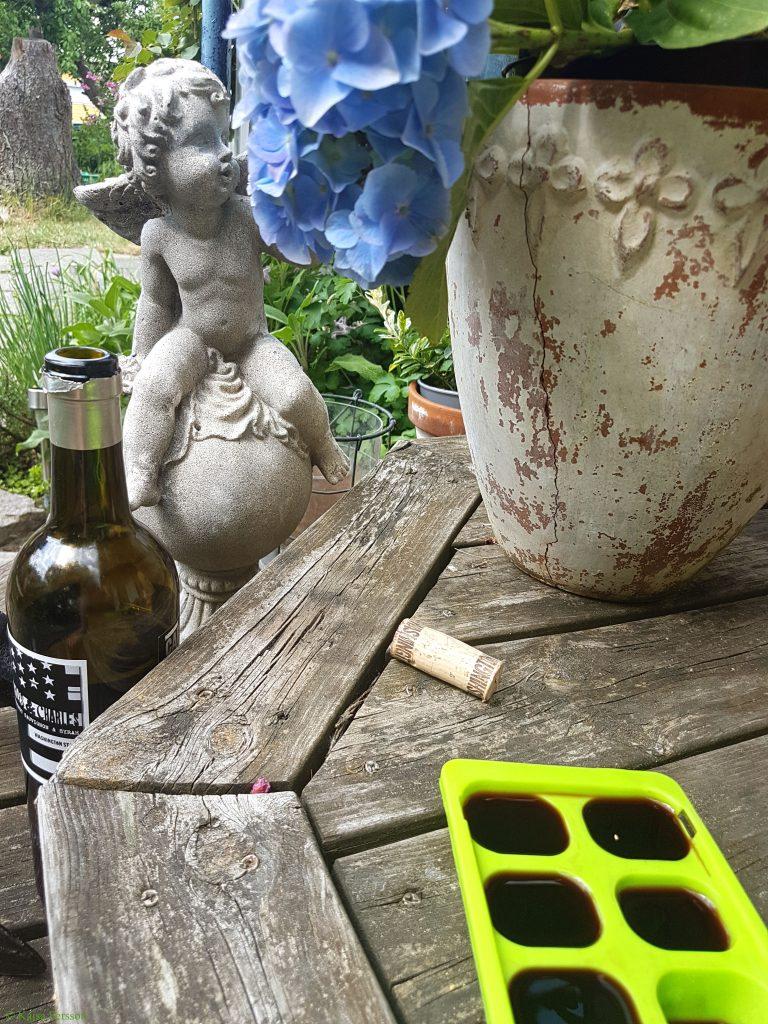 Perfekt husmorstips.Frysa in vin till små isbitar till kommade såser och grytor