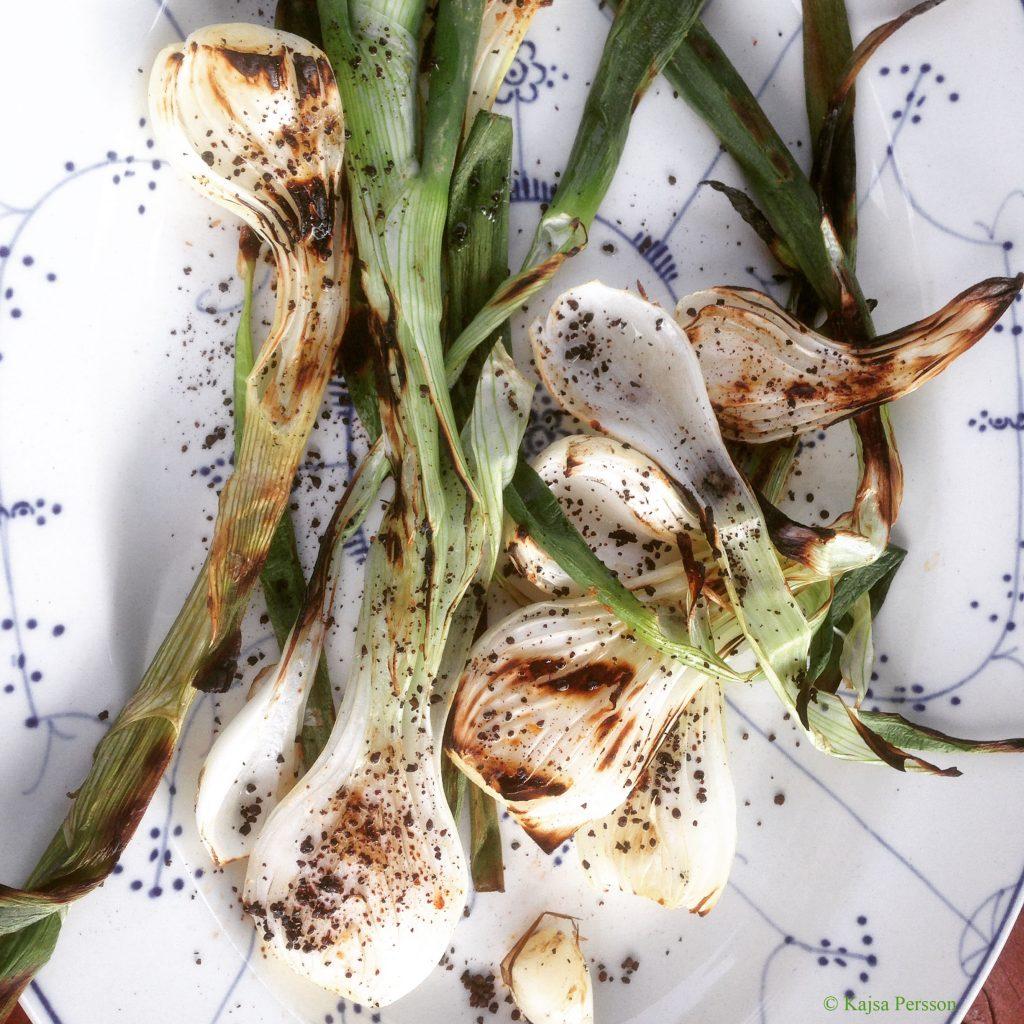Grillad knipplök med olivolja och rå lakritspulver är en höjdare på grillbordet