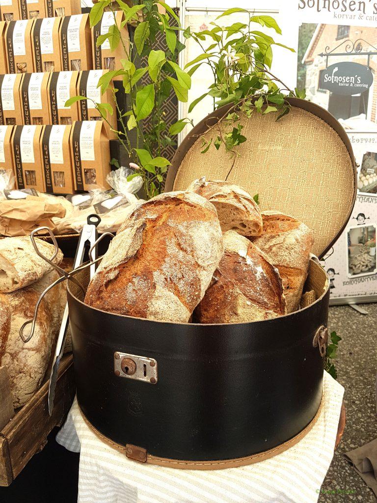 Nybakat bröd i en hattask, matfestival Brösarp