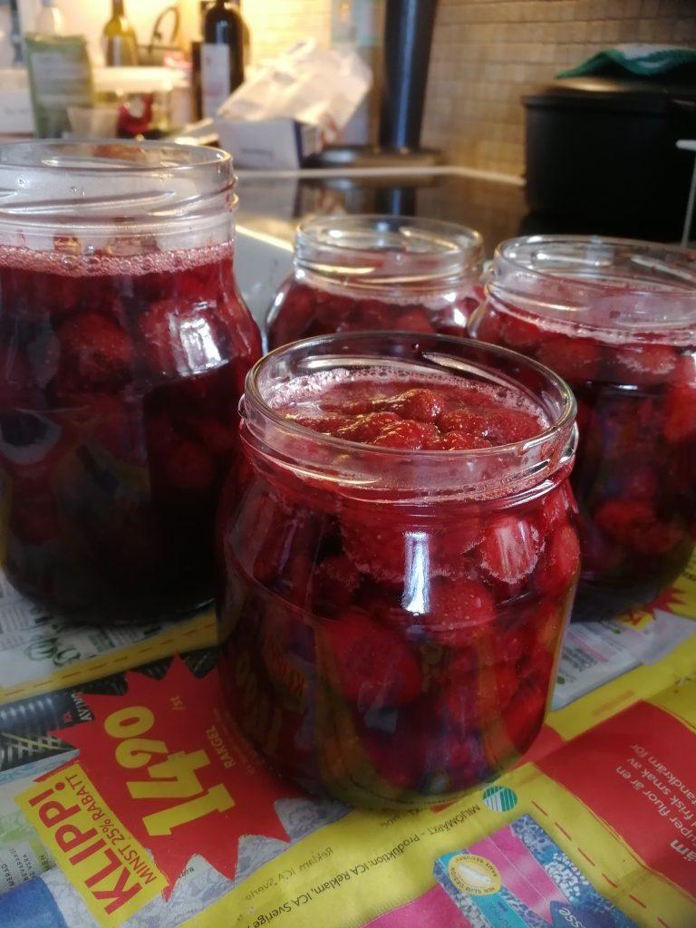 Nykokt jordgubbs marmelad i glasburkar