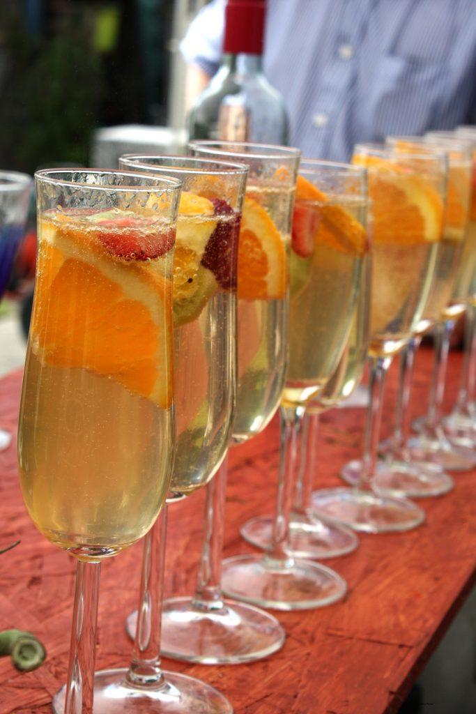 Sommar drink i glas på rad