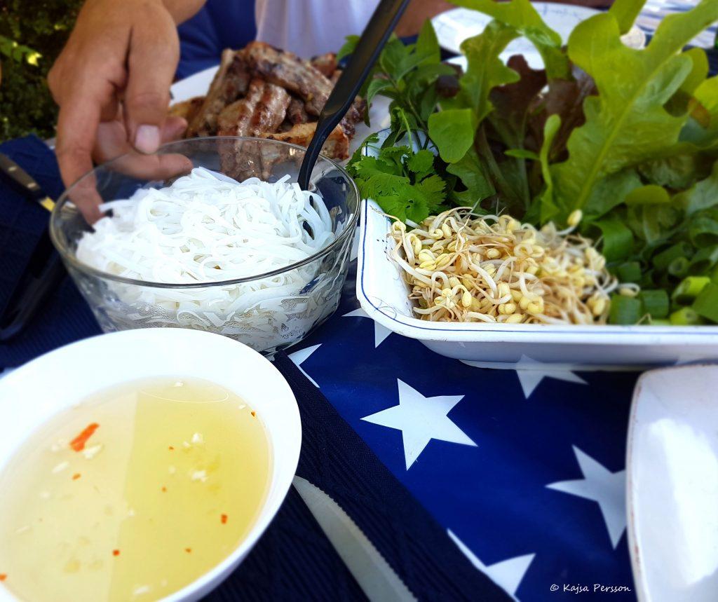 Grillad Bun cha på bordet med alla goda tillbehör