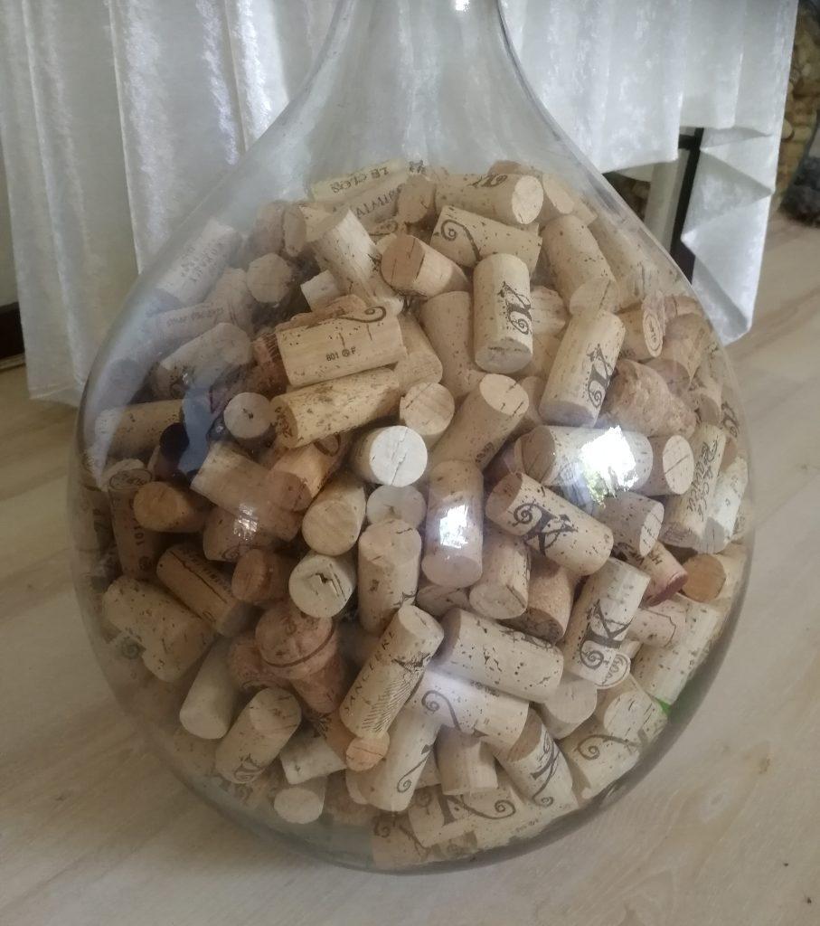 Vinkorkar i en glasdamejean