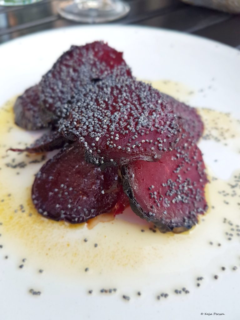 Rödbeta på en bädd av vilda hallon och fetaost, med brynt smör och vallmofrö