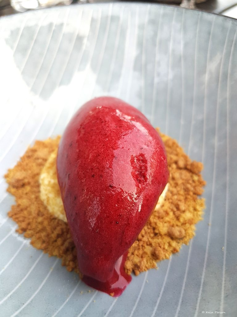 Svartvinbärs sorbet på Mascarpone, lakritspulver och kaksmulor