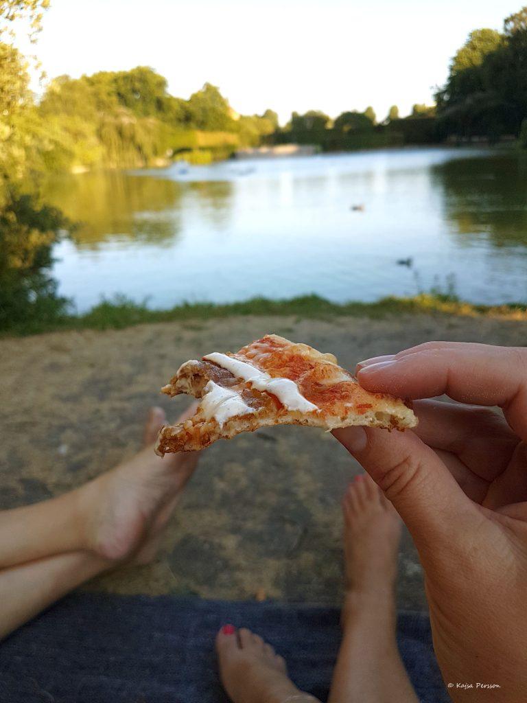 Pizza med utsikt i parken perfekt när man är utslagen i värmen