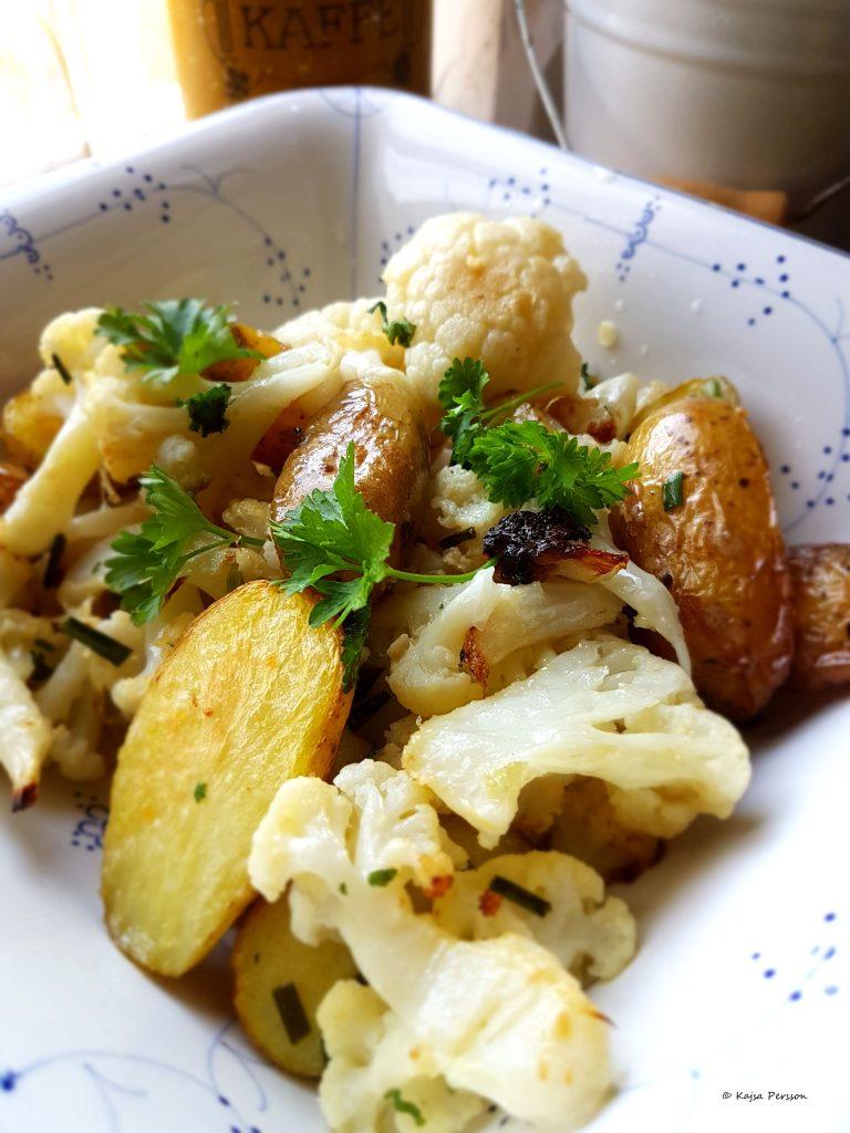 Ugnsbakade blomkål är lättlagat i köket uppblandat med rostade potatis