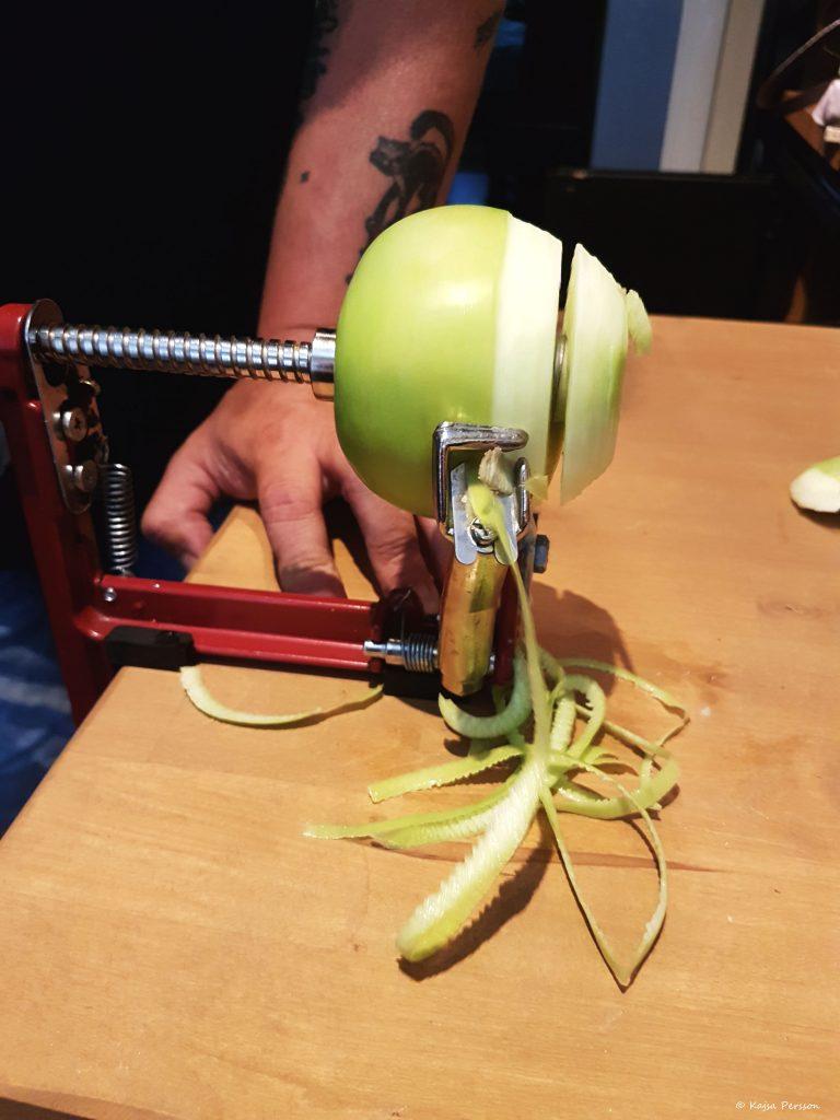 Äpple svarven skalar och delar äpplet