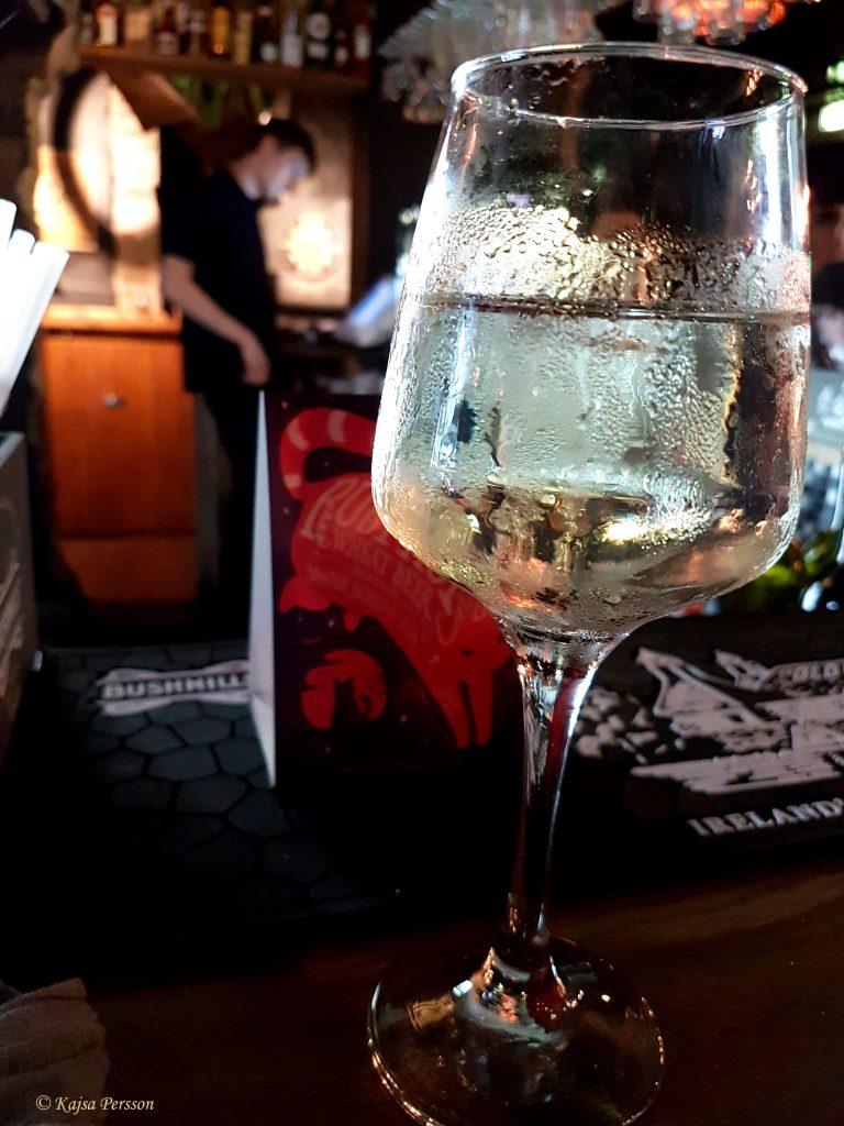 Ett glas vitt vid baren på Bakfickan