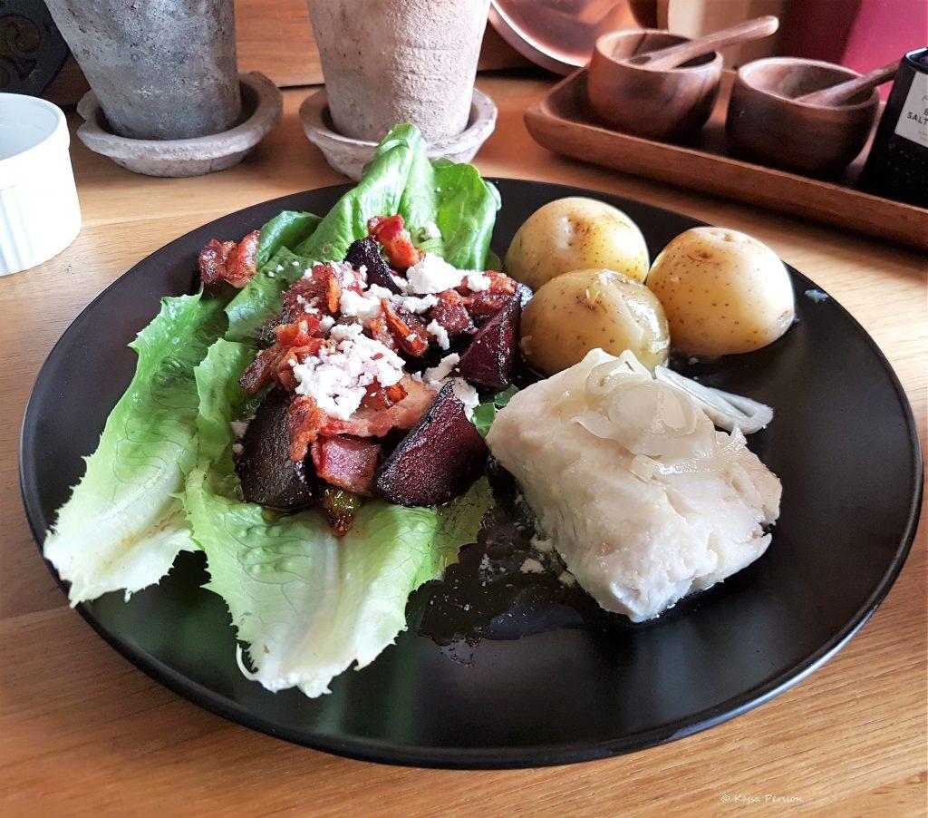 Pocherad Torsk med potatis, skirat smör och smörstekta fikon och rödbetor med fetaost och bacon crisp