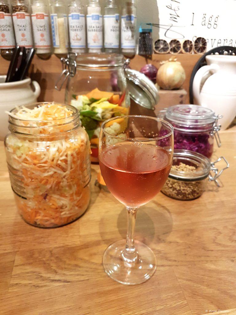 Pickla rotfrukter och ett glas vin