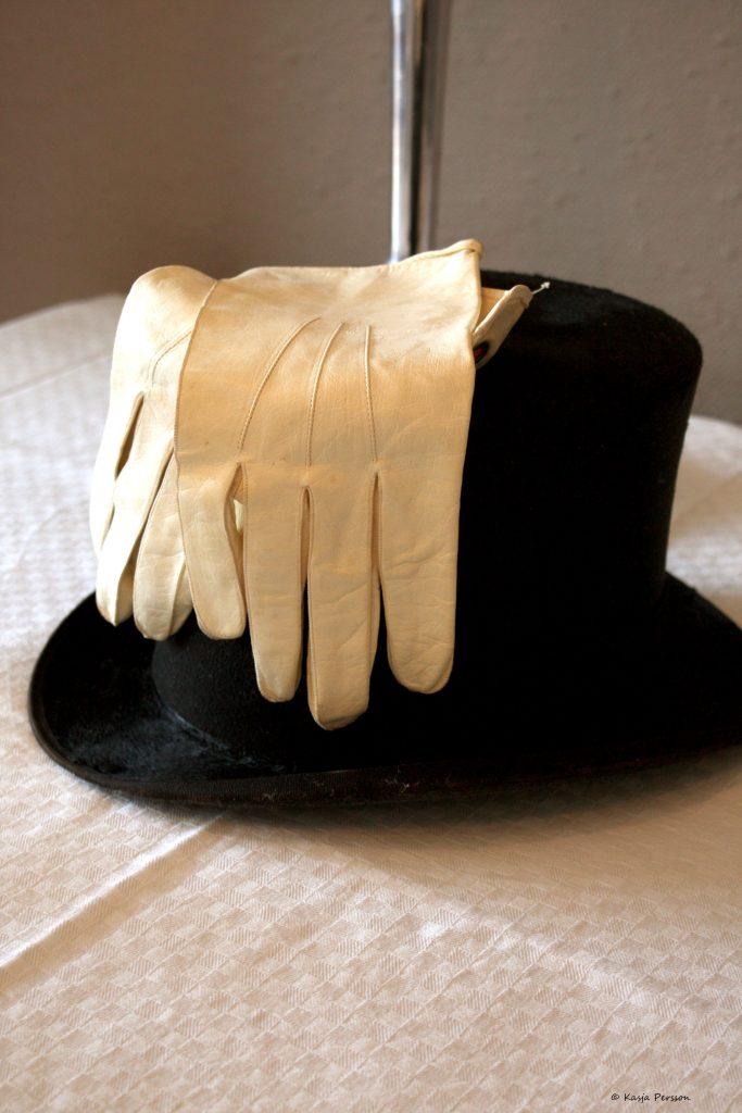 Hög hatt och vita frack handskar