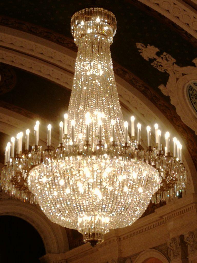 Pampig kristallkrona som glittrar vid galamiddag på rådhuset