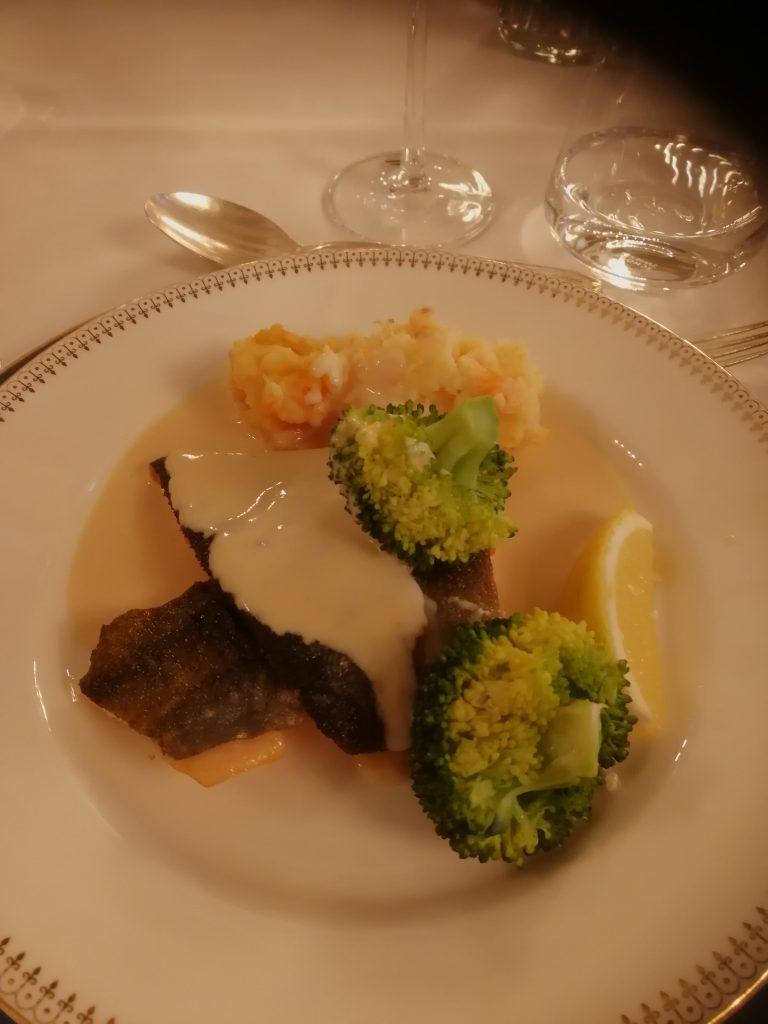 stekt rödingfilé med rotsaksmos, musselsås och grönsaker