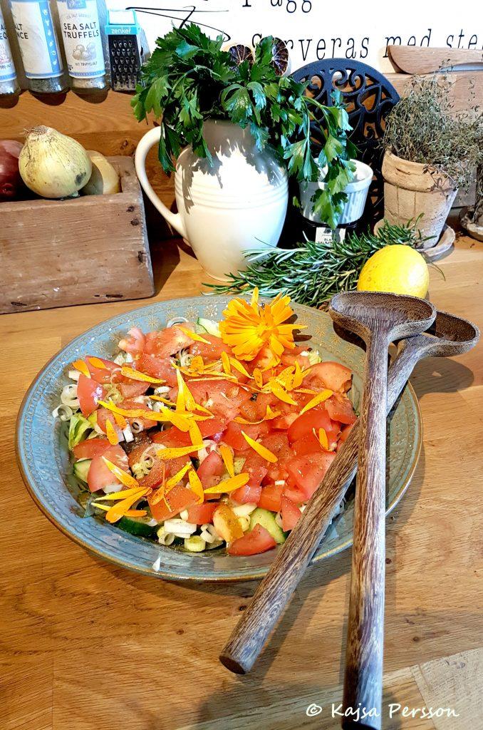 Ringblomma på salladen från vår höstskörd i trädgården