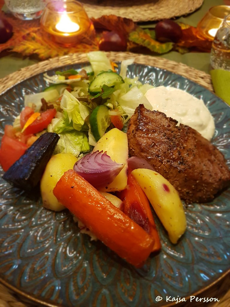 Hästmiddag med Ryggbiff av kalv, rostade rotfrukter, sallad och vitlökssås