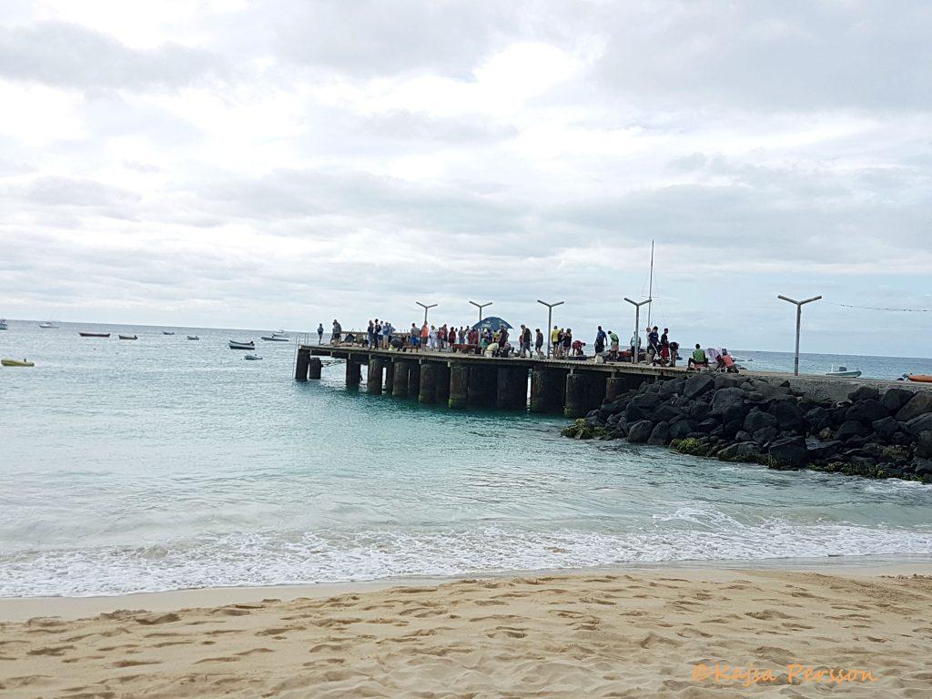 Fiskeglädje på piren Santa Maria, Kap Verde